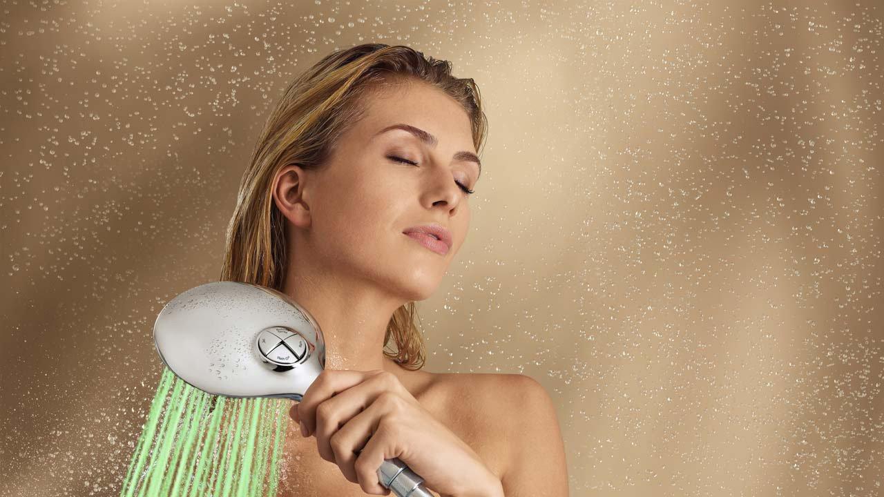 Tắm nhanh dưới vòi hoa sen giúp da đỡ bị khô nẻ.