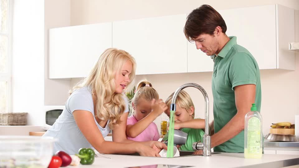503647355-lavado-de-los-platos-llave-de-paso-grifo-lavabo-familia-de-varias-generaciones